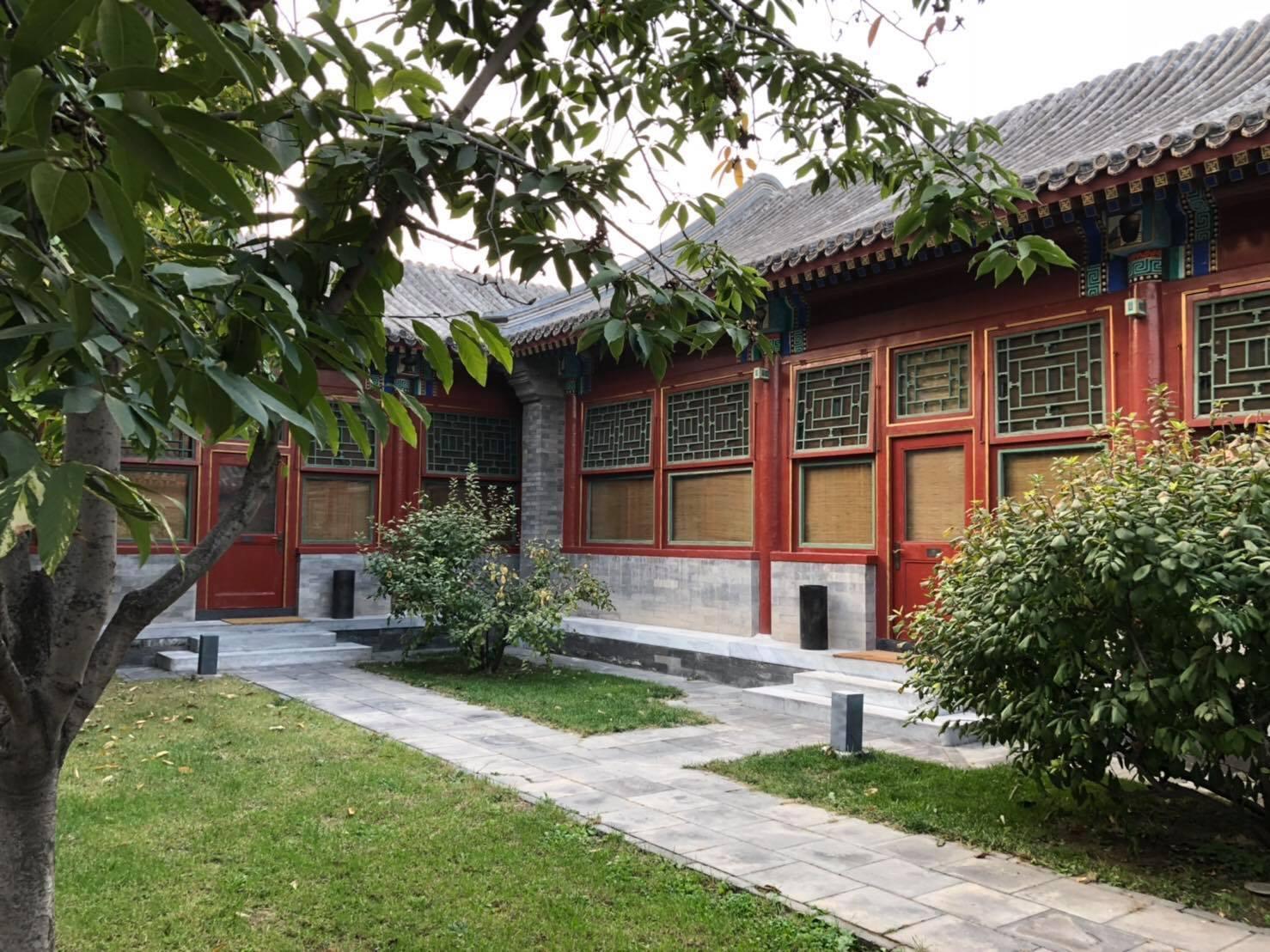 豪華套房(左邊)及庭院套房(右邊)的院落外觀